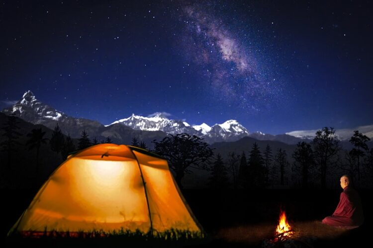 Zelt und Lagerfeuer am Wasser