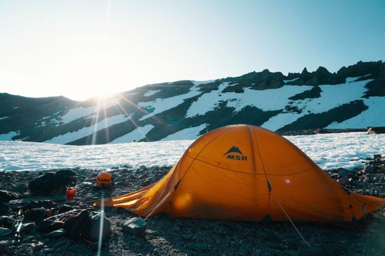 Aufblasbares Zelt in den Bergen