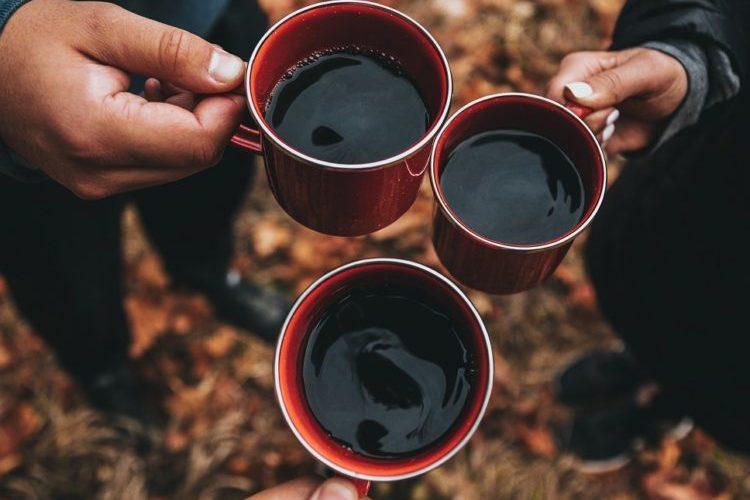 Gemeinsames Kaffeetrinken beim Camping